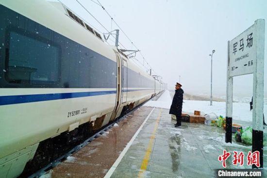 图为高铁经过军马场车站。 王喜栋 摄