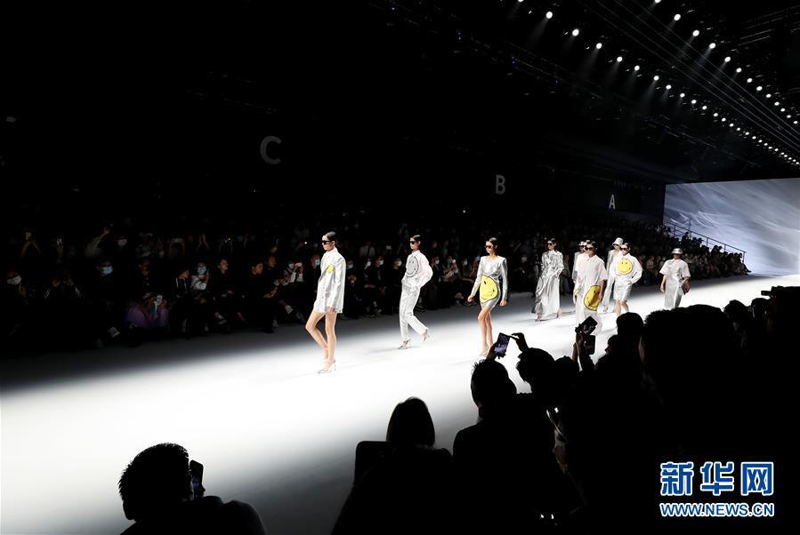 (社会)(5)2021春夏上海时装周开幕首秀在上海举行