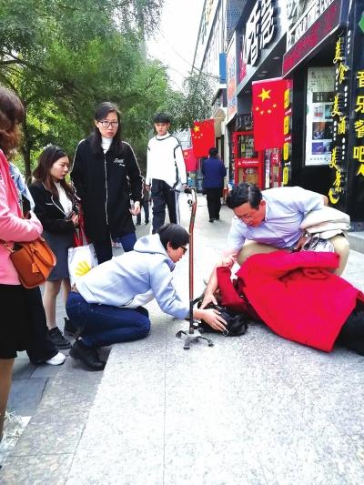 老人街头摔伤 红十字志愿者紧急施救