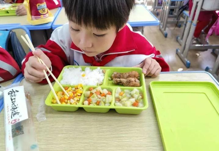 西固区两所学校试点学生营养午餐供餐服务