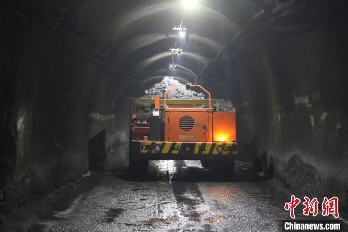 """图为在井下1000米的运输平面行驶的""""无人运矿车""""。 崔一博 摄"""