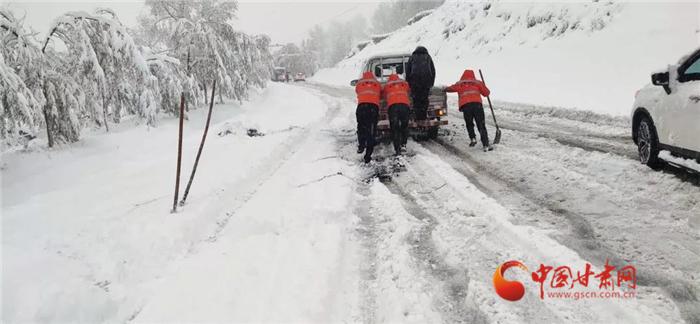 甘肃多地迎来首场降雪 公路部门除雪保畅在路上