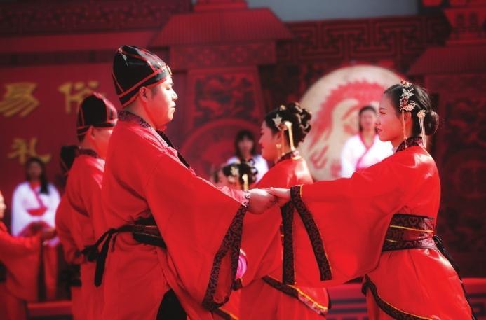 """张掖甘州区举行""""花样""""汉式集体婚礼"""
