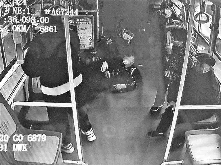 兰州:乘客突发癫痫 公交司机及时施救