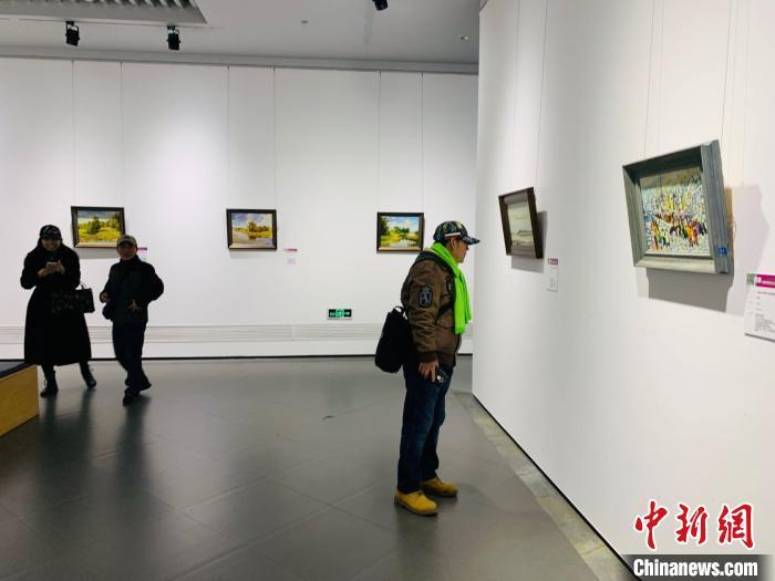 展厅内游客驻足欣赏。 刘锡菊 摄