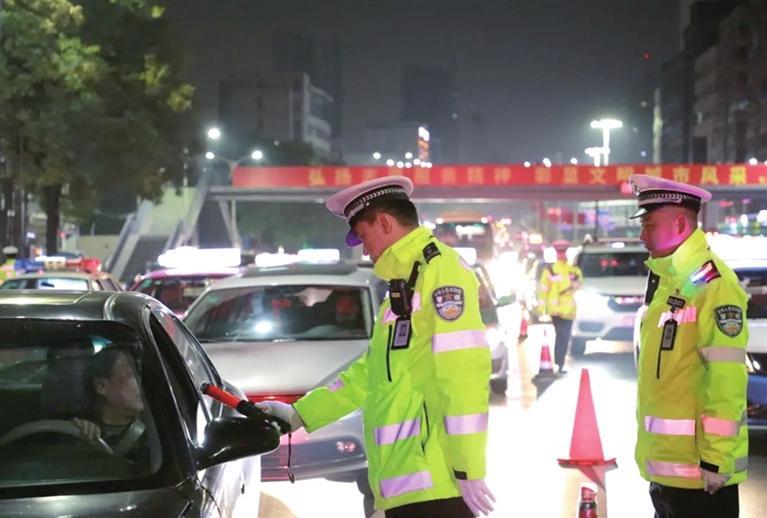 """""""百日会战""""兰州交警在行动严查酒驾等违法行为"""