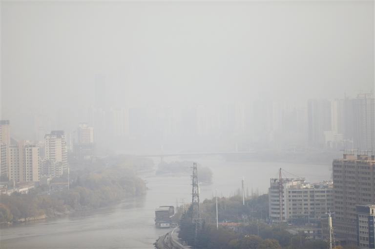近日兰州天空为何总是灰蒙蒙? 原因:静稳天气导致污染物无法稀释清除