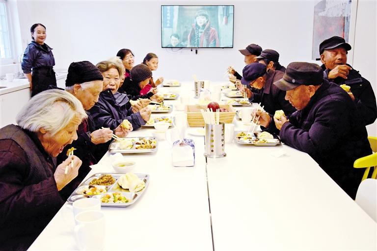 """天水麦积区马跑泉镇石咀村:适龄幼儿有了""""童话城堡"""" 耄耋老人享用免费午餐"""