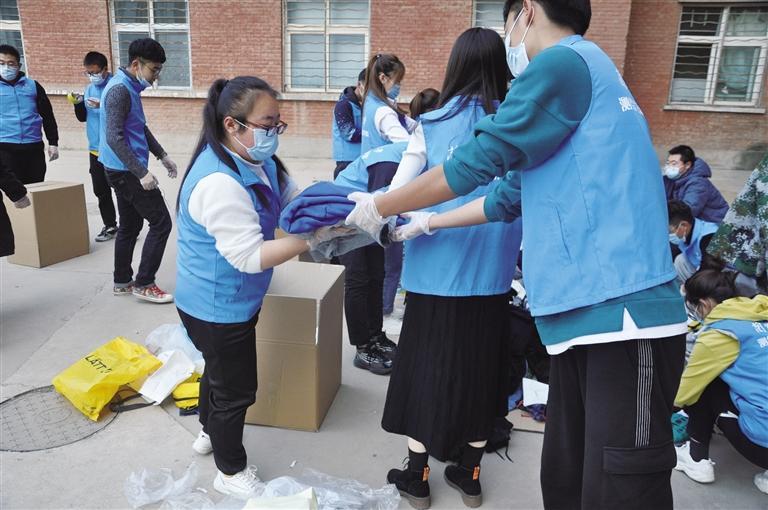 """兰州交通大学志愿者发起捐衣""""暖冬行动"""""""