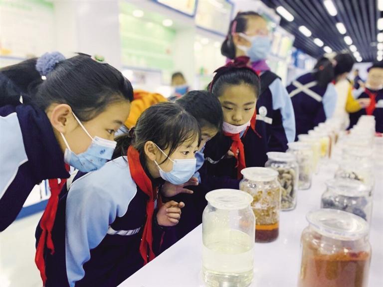 """小学生体验科技如何为食品药品""""保安全"""" 增强舌尖上的安全意识"""