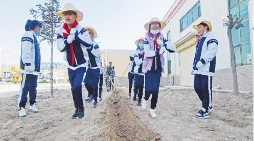 拉车犁 推石磨 五泉小学同学开展劳动教育活动