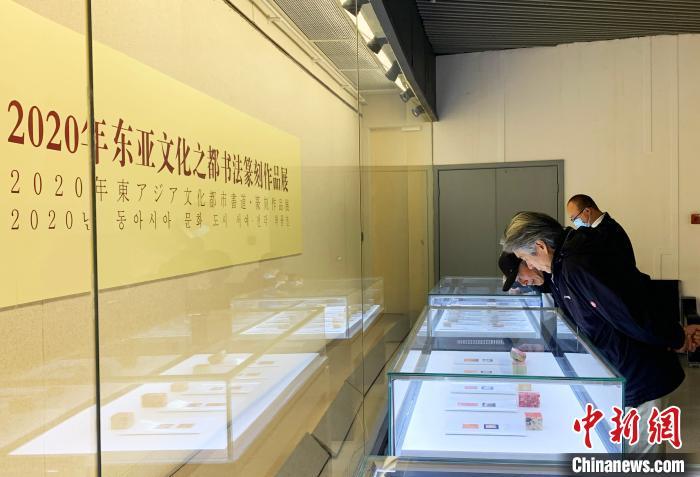 民众参观展览中的作品,感受汉字之美。 崔佳明 摄