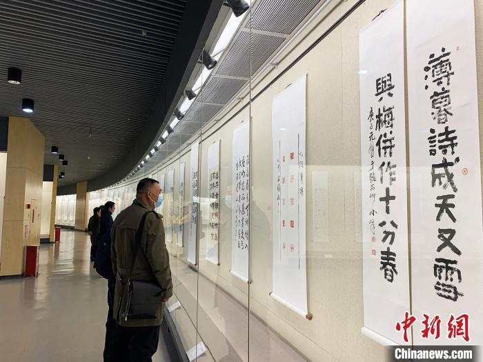 民众参观2020东亚文化之都书法篆刻展。 崔佳明 摄