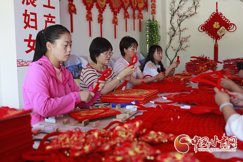 """【中国的脱贫智慧】民乐:""""五小""""产业托起妇女致富梦"""