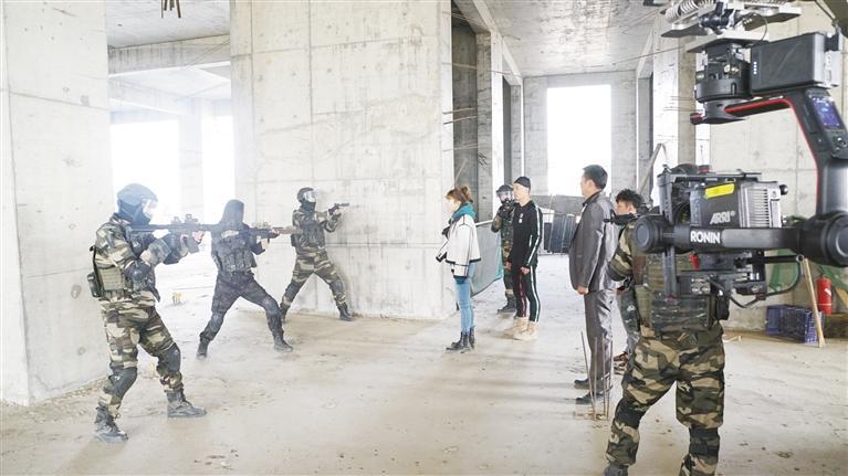 甘肃首部科幻电影 《重金属猎人》在兰杀青
