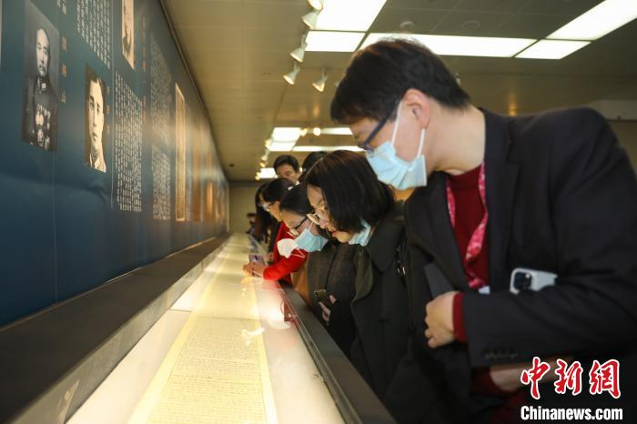 《赵城金藏》最新发现经卷暨唐宋重要佛教典籍特展吸引众多观众。 陈静 摄