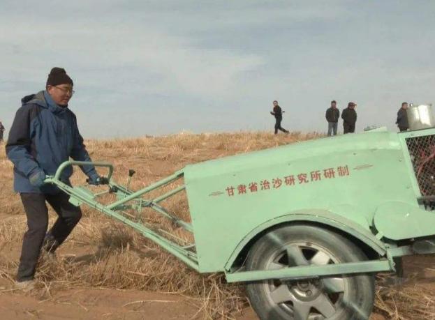 甘肃省研发的手扶式沙障机野外测试获得成功