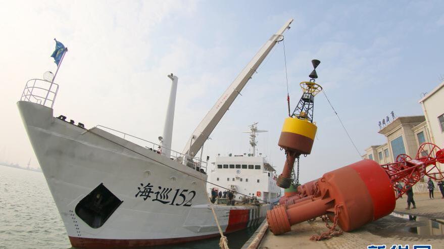 更换冰期航标 保障航海安全