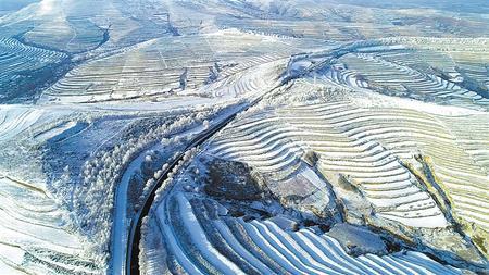 雪后的通渭县华家岭美成了童话世界