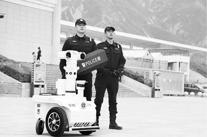 新奇!5G巡逻机器人亮相陇南武都街头