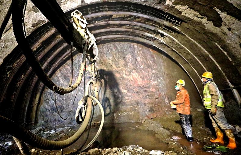 甘肃肃南:G213线东山隧道掘进正酣