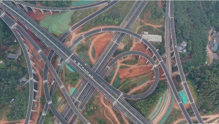 四川小凉山腹地首条高速公路完成最后一公里铺筑