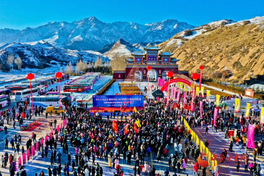 甘肃肃南:万名游客踏雪健身迎冬至
