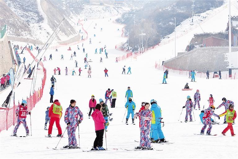 临夏州永靖县凤凰岭滑雪场吸引大批爱好者前来滑雪