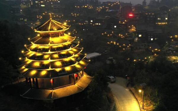 广西柳州:7万盏太阳能路灯点亮乡村