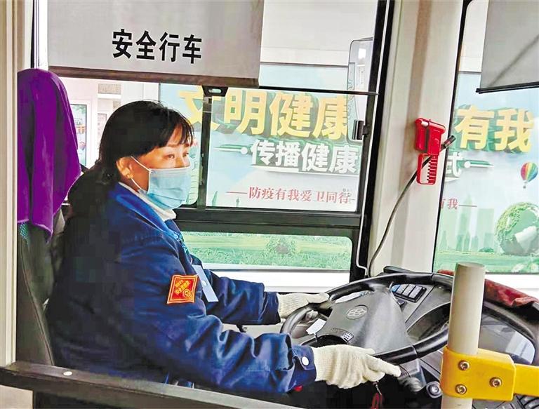 兰州:小女孩上学坐错车 公交司机帮她找家人