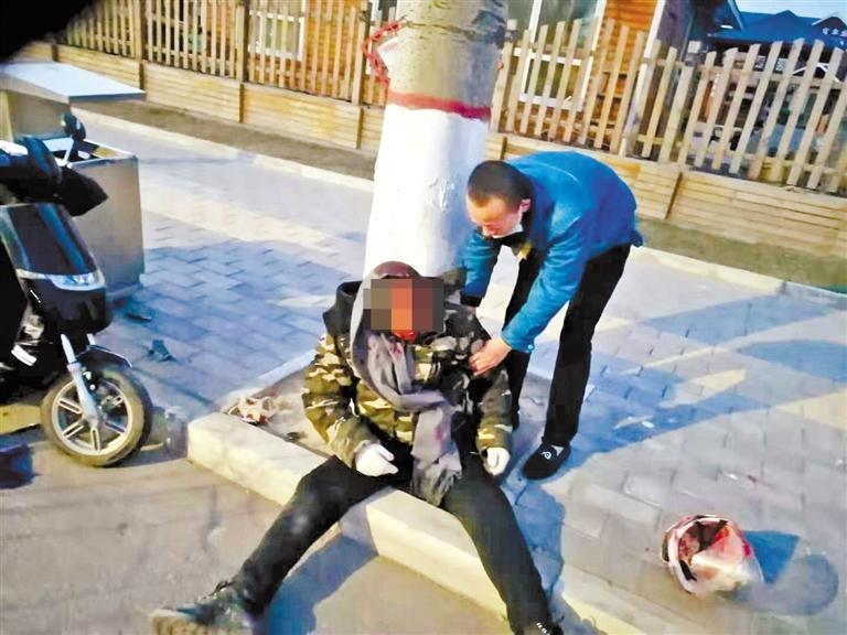 """兰州:骑摩托车男子清晨撞伤 热心""""的哥""""全力救助!"""