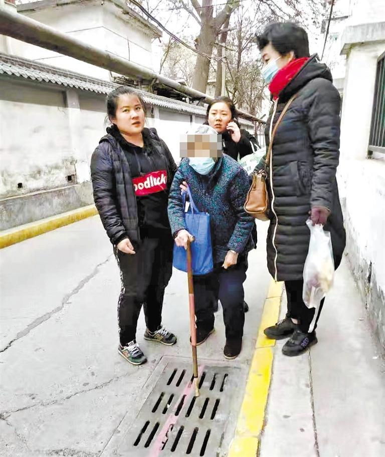 兰州:九旬老人街头迷路 环卫人员送她回家