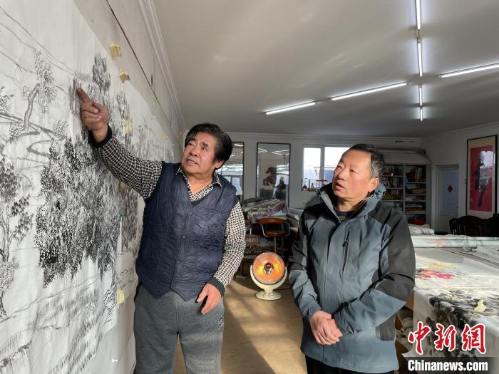图为若希桑布(左)指导霍爱春作画。 高志鹏 摄