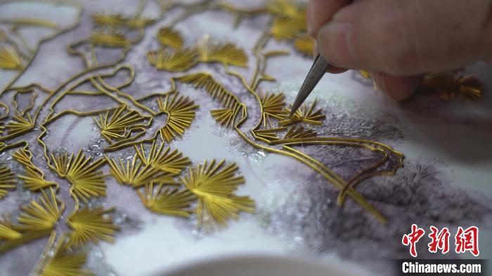 一幅作品需要定稿、绘画、掐丝、点蓝、固化等30余道工序,完成需半年甚至更长时间。 王惠琳 摄
