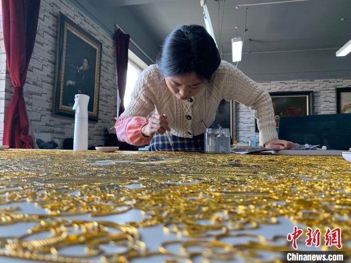 从春秋战国起源的中国珐琅,经过几千年的创新孕育,正在新时代迎来发展新机。 王惠琳 摄