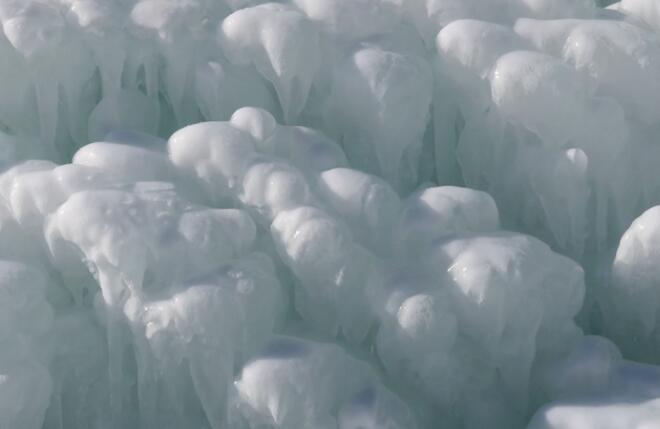 果子沟冰瀑:泉流凝固成胜景