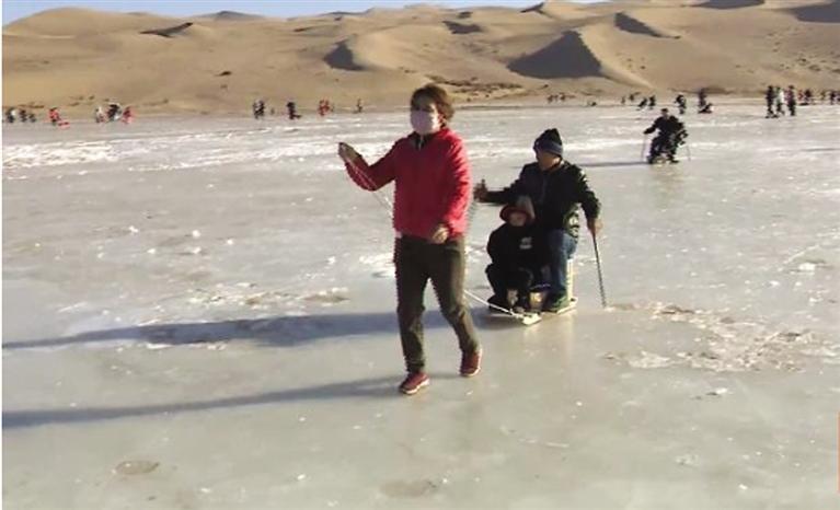 敦煌:游客乐享大漠冰雪