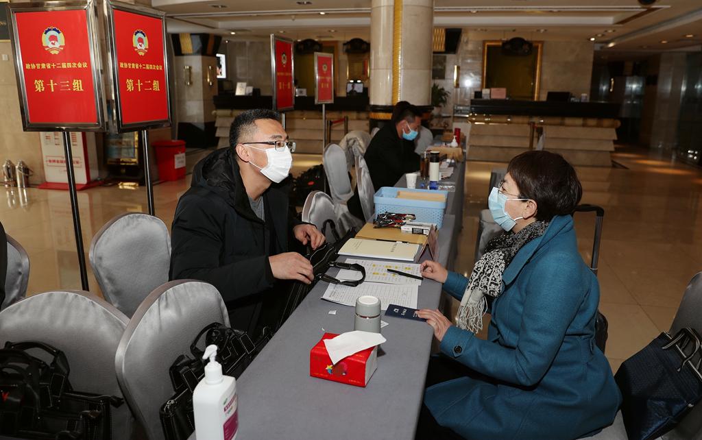 出席政协甘肃省十二届四次会议的政协委员今天陆续抵达驻地报到(视频)