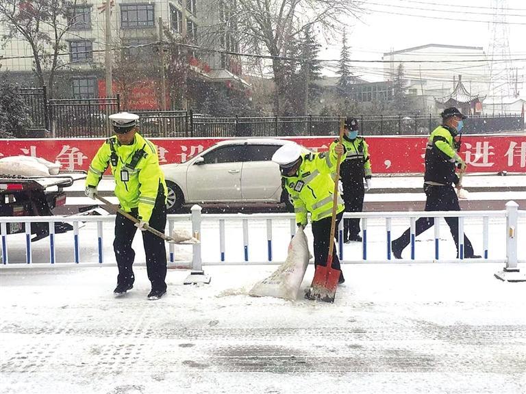 除雪保畅 兰州交警部门启动应急预案保畅通