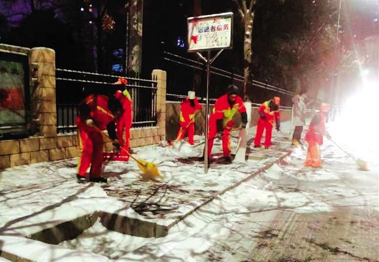 兰州西固区环卫部门连夜加班清理积雪