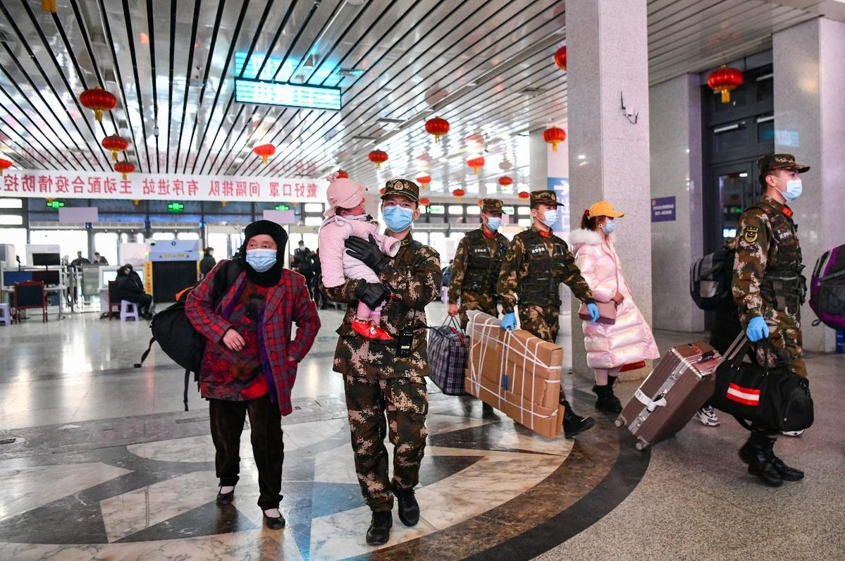 【新春走基层】武警甘肃总队官兵温暖旅客回家路