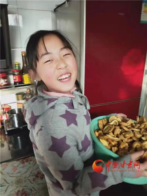 【网络中国节·春节】 兰州:小学生动手做年菜 幸福味道飘出来