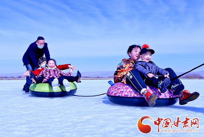 【新春走基层】甘肃张掖:滑冰场上欢乐多(组图)