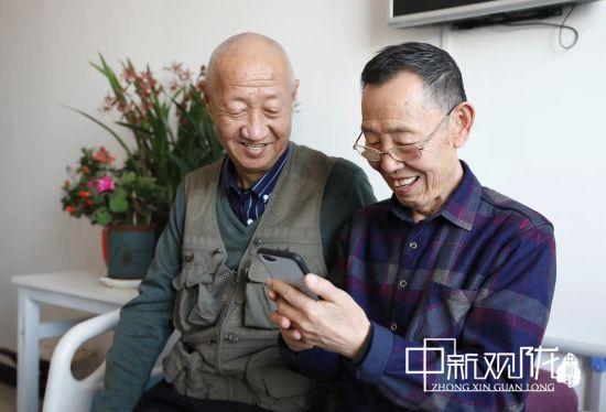 拼购物品成为王秉谦和陶启军两位老人的乐趣。