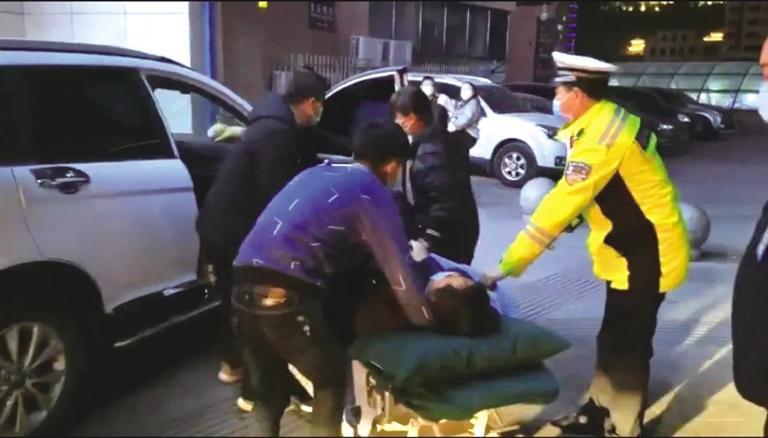 """兰州两天上演三起""""生死时速"""" 交警争分夺秒为病患开辟生命救援通道"""
