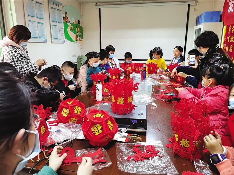 【网络中国节·元宵】盐场堡社区做花灯