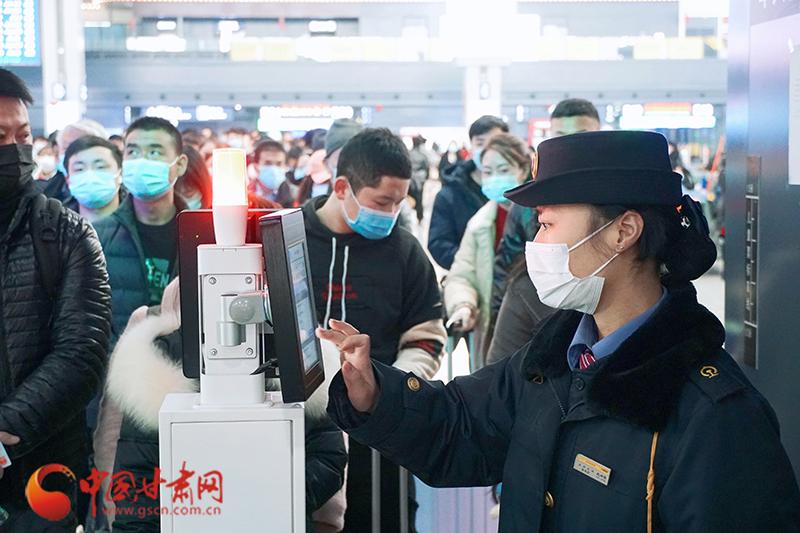 【网络中国节·元宵】元宵节临近 兰州车站客流回升明显