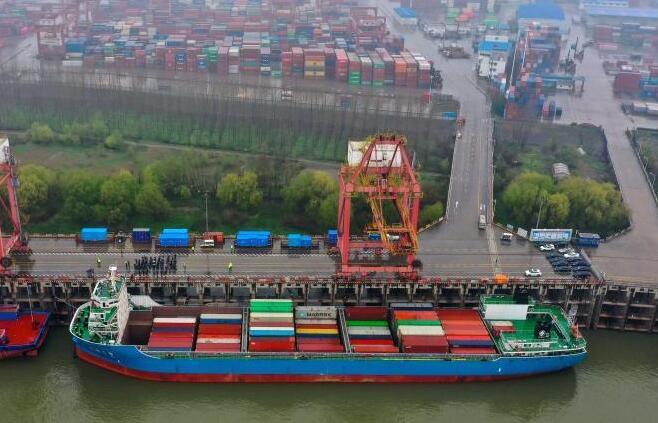 武汉:长江内河最大集装箱船首航