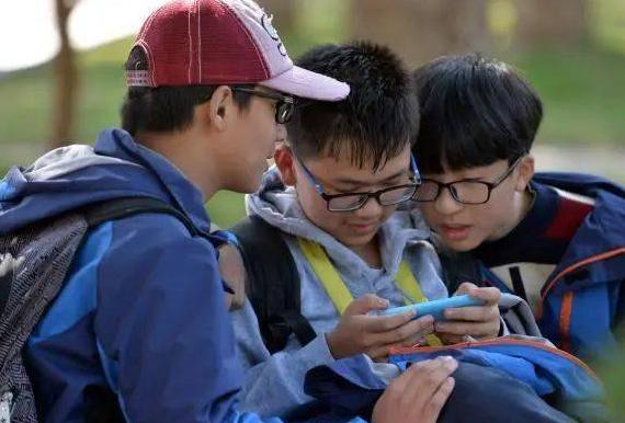 今日起兰州市中小学生迎来新学期各校规定: 学生原则上 不得带手机进校园