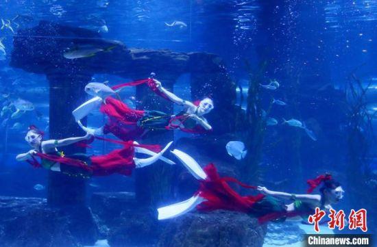 图为演绎者在水中表演敦煌舞。 高展 摄
